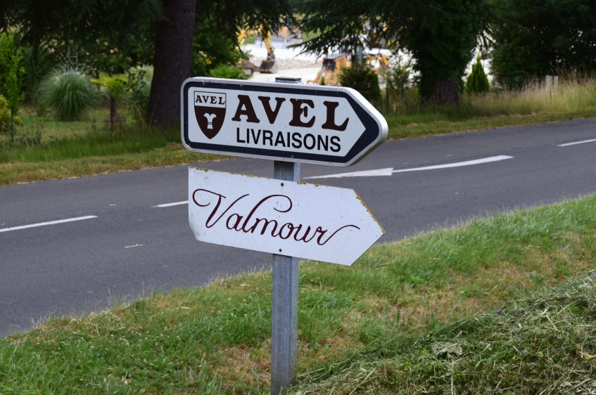 Road sign pointing to Avel and the neighbouring distributor Valmour