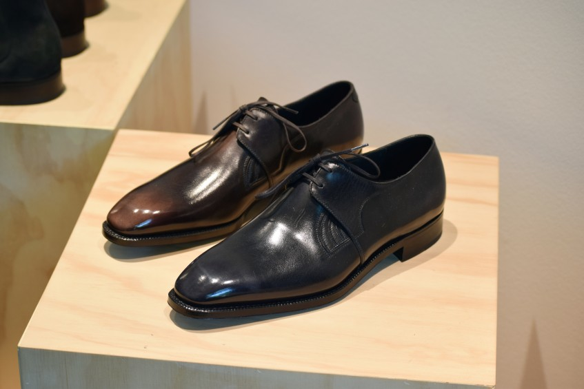 Excitingly subtle combination of side gussets and derby lacing